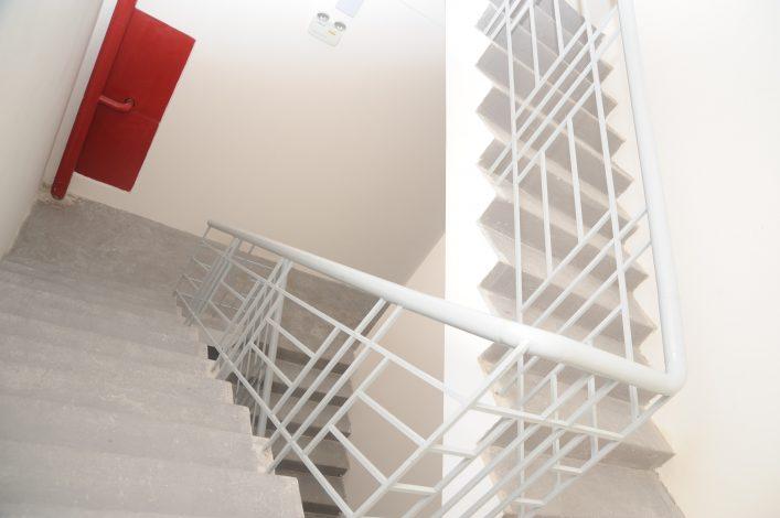 Cầu thang thoát hiểm tại tòa nhà cao tầng